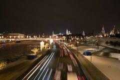 Άποψη του Κρεμλίνου και κόκκινων πλατειών τη νύχτα από την πετώντας στα ύψη γέφυρα στο πάρκο Zaryadye στοκ φωτογραφία
