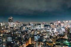 Άποψη του κτηρίου ουρανοξυστών με το φως πυράκτωσης στη μητρόπολη cit στοκ εικόνες