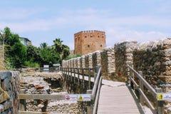 Άποψη του κόκκινου τοίχου πύργων και φρουρίων από το παλαιό ναυπηγείο Alanya, Τουρκία Στοκ φωτογραφίες με δικαίωμα ελεύθερης χρήσης