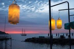 Άποψη του κόλπου της Νάπολης από Σορέντο, Ιταλία Φω'τα στην αποβάθρα στο πρώτο πλάνο Πλέοντας βάρκα δύο ιστών στη σκιαγραφία στην στοκ εικόνες