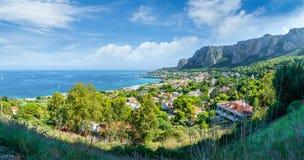 Άποψη του κόλπου Mondello και Monte Pellegrino, Παλέρμο, Σικελία, Ιταλία στοκ εικόνα