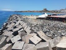 Άποψη του λιμενοβραχίονα και των τσιμεντένιων ογκόλιθων σε Las Cristiano ` s Tenerife στοκ φωτογραφίες