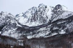 Άποψη του μέγιστου ύψους 2634 μ Lomnicky και άλλα υψηλά βουνά Tatras Στοκ Εικόνες