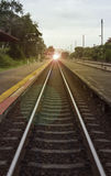 Άποψη του μήκους του σιδηροδρόμου με το πεζοδρόμιο στο αριστερό και της δεξιά πλευράς του σιδηροδρόμου, της φιλτραρισμένης εικόνα Στοκ Φωτογραφία