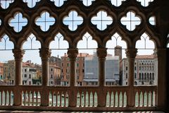 Άποψη του μεγάλου καναλιού της Βενετίας μέσω του χαρασμένου άσπρου δικτυωτού πλέγματος πετρών του παλατιού στοκ εικόνα με δικαίωμα ελεύθερης χρήσης