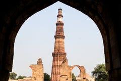 Άποψη του μιναρούς Qutub Minar μέσω μιας πύλης Δελχί, Indi στοκ φωτογραφία