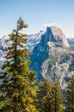 Άποψη του μισού θόλου Yosemite από το σημείο παγετώνων Στοκ φωτογραφία με δικαίωμα ελεύθερης χρήσης