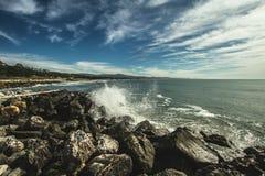 Άποψη του μισού κόλπου φεγγαριών επάνω στην ερχόμενη παλίρροια ύψους Στοκ Εικόνες