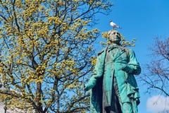 Άποψη του μνημείου στο Henrik Wergeland σε Eidsvolls plass Spikersuppa κοντά στο εθνικό θέατρο στο Όσλο, Νορβηγία στοκ εικόνες
