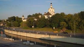 Άποψη του μοναστηριού Andronikov, του ποταμού Yauza και του οδοστρώματος της αποβάθρας του στο φως ηλιοβασιλέματος, Μόσχα φιλμ μικρού μήκους