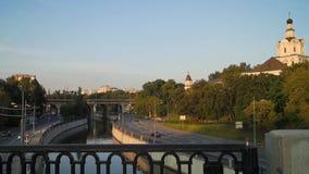 Άποψη του μοναστηριού Andronikov, του ποταμού Yauza και του οδοστρώματος της αποβάθρας του στο φως ηλιοβασιλέματος, Μόσχα απόθεμα βίντεο