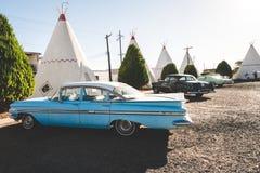 Άποψη του μοτέλ σκηνών και των κλασικών αυτοκινήτων του στην ιδιοκτησία στοκ εικόνα με δικαίωμα ελεύθερης χρήσης