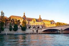 Άποψη του μουσείου και του Pont des arts του Λούβρου μέσα στο ηλιοβασίλεμα, Παρίσι - Γαλλία Στοκ φωτογραφίες με δικαίωμα ελεύθερης χρήσης