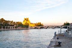 Άποψη του μουσείου και του Pont des arts του Λούβρου μέσα στο ηλιοβασίλεμα, Παρίσι - Γαλλία Στοκ Φωτογραφία