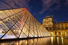 Άποψη του μουσείου του Λούβρου και της πυραμίδας στο λυκόφως Στοκ Εικόνα