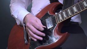 Άποψη του μουσικού που παίζει τη βαθιά κιθάρα, κινηματογράφηση σε πρώτο πλάνο φιλμ μικρού μήκους