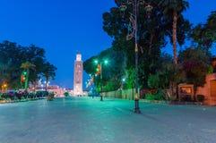 Άποψη του μουσουλμανικού τεμένους Koutoubia από Jemaa EL-Fnaa τη νύχτα στοκ φωτογραφία