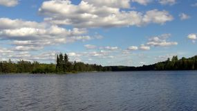 Άποψη του μπλε ουρανού με τα άσπρες σύννεφα και τη λίμνη Στοκ φωτογραφία με δικαίωμα ελεύθερης χρήσης