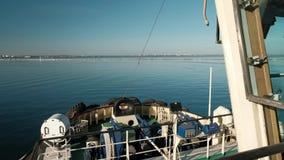 Άποψη του μπροστινού μέρους τόξων του ρυμουλκώντας σκάφους που πλέει στη θάλασσα μια φωτεινή ηλιόλουστη ημέρα Ρυμούλκηση σκαφών απόθεμα βίντεο