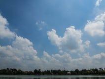 Άποψη του μπλε ουρανού με το σύννεφο Στοκ εικόνες με δικαίωμα ελεύθερης χρήσης