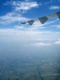 Άποψη του μπλε ουρανού με το φτερό αεροπλάνων αεριωθούμενων αεροπλάνων Στοκ εικόνες με δικαίωμα ελεύθερης χρήσης