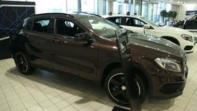 Άποψη του νέου αυτοκινήτου σειρών στη νέα αίθουσα εκθέσεως αυτοκινήτων Ολοκαίνουργια αυτοκίνητα στο απόθεμα Νέα αγορά αυτοκινήτων απόθεμα βίντεο