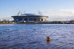 Άποψη του νέου χώρου ` αποκορυφώματος σταδίων ` από τον ποταμό Neva με το επιπλέον κράνος κατασκευής, Αγία Πετρούπολη, Ρωσία Στοκ φωτογραφία με δικαίωμα ελεύθερης χρήσης