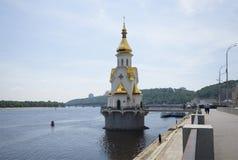 Άποψη του ναού του Άγιου Βασίλη το Wonderworker στο νερό Κίεβο Στοκ Εικόνες