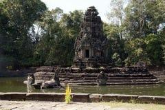 Άποψη του ναού Preah Neak Poan νησιών με τη ζούγκλα στο υπόβαθρο Στοκ εικόνα με δικαίωμα ελεύθερης χρήσης