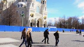 Άποψη του ναυτικού καθεδρικού ναού Kronstadt στην ηλιόλουστη ημέρα φθινοπώρου Χρυσός θόλος τετράγωνο άνθρωποι φιλμ μικρού μήκους