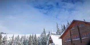 Άποψη του νεφελώδους ουρανού στα υψηλά βουνά Στοκ φωτογραφία με δικαίωμα ελεύθερης χρήσης