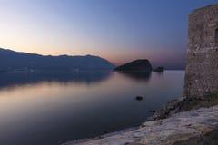 Άποψη του νησιού του Άγιου Βασίλη στην αδριατική θάλασσα από το φρούριο της αρχαίας ακρόπολης στοκ εικόνα