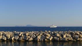 Άποψη του νησιού Capri από τη Νάπολη στοκ εικόνα