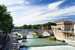 Άποψη του νησιού Tiber πέρα από τον ποταμό Tiber με τις αρχαίες ρωμαϊκές γέφυρες Cestius γεφυρών πετρών στη Ρώμη, Ιταλία Στοκ φωτογραφία με δικαίωμα ελεύθερης χρήσης
