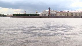 Άποψη του νησιού Vasilevsky στην Άγιος-Πετρούπολη από τον ποταμό Neva στη θερινή ημέρα φιλμ μικρού μήκους