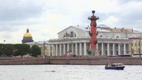 Άποψη του νησιού Vasilevsky στην Άγιος-Πετρούπολη από τον ποταμό Neva στη θερινή ημέρα απόθεμα βίντεο