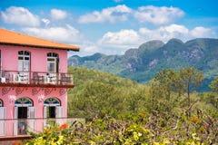 Άποψη του ξενοδοχείου και της κοιλάδας Vinales, Pinar del Rio, Κούβα Διάστημα αντιγράφων για το κείμενο στοκ εικόνα με δικαίωμα ελεύθερης χρήσης