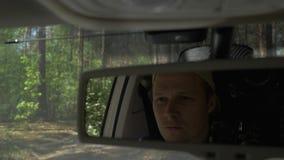 Άποψη του οδηγού μέσω του δευτερεύοντος καθρέφτη Ο οδηγός περνά από τα ξύλα, μια άποψη του μέσω του δευτερεύοντος καθρέφτη 4K απόθεμα βίντεο