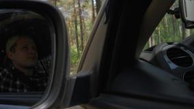 Άποψη του οδηγού μέσω του οπισθοσκόπου καθρέφτη Ο οδηγός περνά από τα ξύλα, μια άποψη του μέσω του οπισθοσκόπου απόθεμα βίντεο