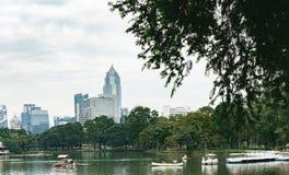 Άποψη του ορίζοντα της Μπανγκόκ από το πάρκο Lumphini, Ταϊλάνδη Στοκ εικόνες με δικαίωμα ελεύθερης χρήσης