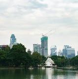 Άποψη του ορίζοντα της Μπανγκόκ από το πάρκο Lumphini, Ταϊλάνδη Στοκ Φωτογραφία