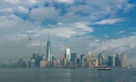 Άποψη του ορίζοντα του Μανχάταν από το νησί ελευθερίας μια νεφελώδη ημέρα Στοκ Εικόνα