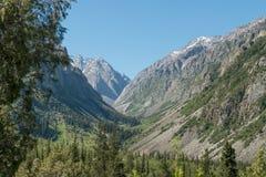 Άποψη του ορεινών τοπίου και του τοπίου στο εθνικό πάρκο της ΑΛΑ Archa, ένας δημοφιλής προορισμός πεζοπορίας κοντά σε Bishkek, Κι στοκ εικόνες