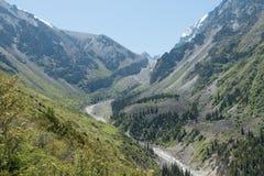 Άποψη του ορεινών τοπίου και του τοπίου στο εθνικό πάρκο της ΑΛΑ Archa, ένας δημοφιλής προορισμός πεζοπορίας κοντά σε Bishkek, Κι στοκ φωτογραφίες