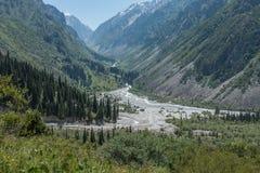 Άποψη του ορεινών τοπίου και του τοπίου στο εθνικό πάρκο της ΑΛΑ Archa, ένας δημοφιλής προορισμός πεζοπορίας κοντά σε Bishkek, Κι στοκ εικόνα με δικαίωμα ελεύθερης χρήσης