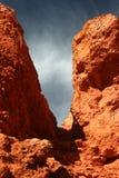 Άποψη του ουρανού μέσω ενός χάσματος μεταξύ των πετρών Στοκ Εικόνες