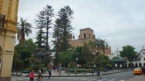 Άποψη του πάρκου Abdon Calderon στο ιστορικό κέντρο της πόλης με τον καθεδρικό ναό της αμόλυντης σύλληψης Cuenca Στοκ φωτογραφίες με δικαίωμα ελεύθερης χρήσης