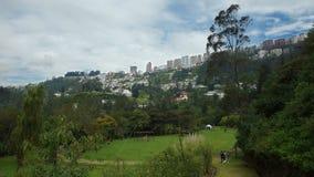 Άποψη του πάρκου Guapulo με τα κτήρια της λεωφόρου Gonzalez Suarez στο υπόβαθρο Στοκ Εικόνες