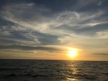 Άποψη του παγκόσμιου ηλιοβασιλέματος πέρα από τη θάλασσα Ταϊλάνδη Στοκ φωτογραφία με δικαίωμα ελεύθερης χρήσης