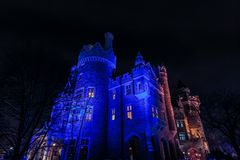 άποψη του παλαιού, εκλεκτής ποιότητας κάστρου Casa loma που προσκαλεί τη νύχτα το χρόνο, αναμμένο από τα διάφορα φω'τα, υπόβαθρο Στοκ Εικόνες
